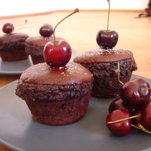 Čokoládové muffiny s třešněmi a sýrem Almette