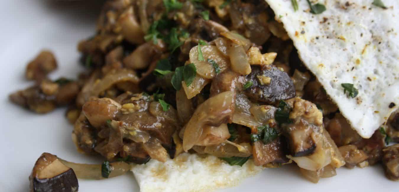 Houbová smaženice v bílkové omeletě