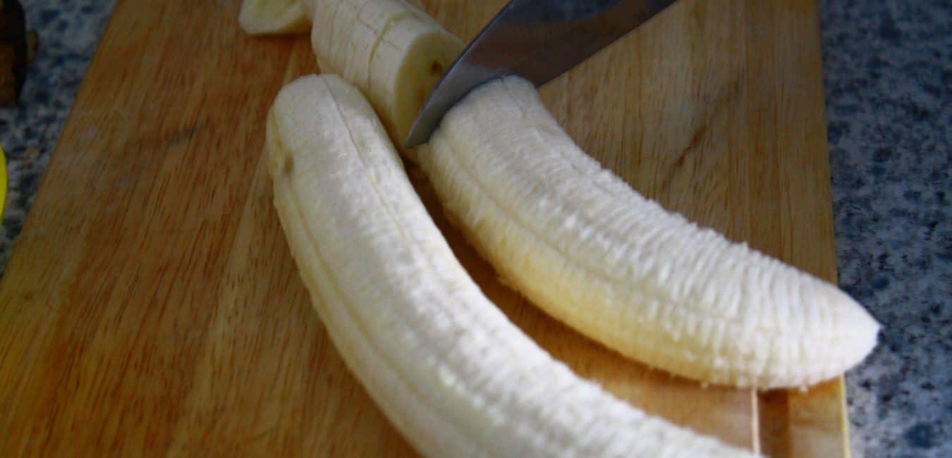 Kuskus se smaženým banánem, rukolou a mandlemi