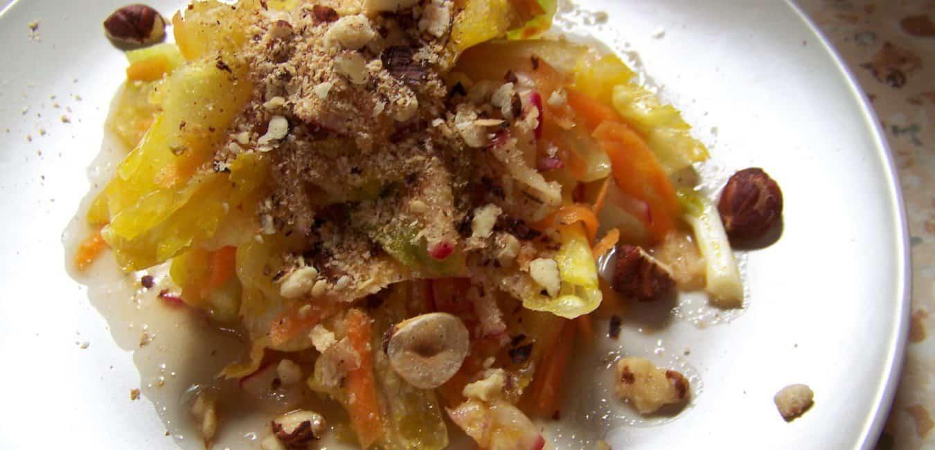 Ředkvičkový salát s opraženými lískovými oříšky