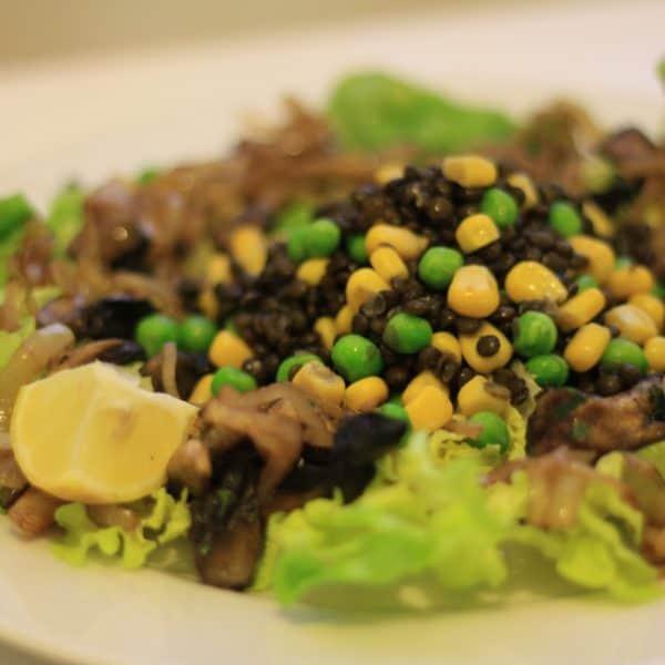 Salát z černé čočky Beluga s karamelovou cibulkou