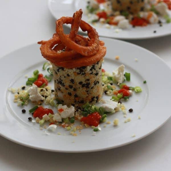 Kuskus s čočkou, kozím sýrem a cibulovými kroužky