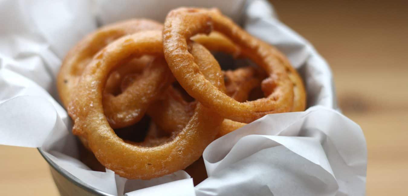 Pikantní cibulové kroužky s paprikovým krémem