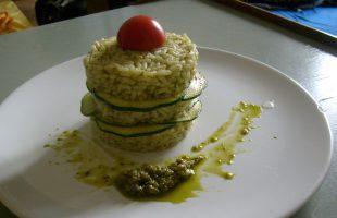 Rýžový timbál s pestem a cuketou