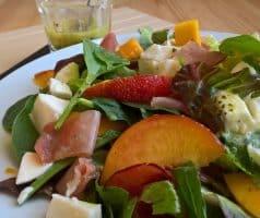 Salát s ovocem, mozarellou a prosciuttem