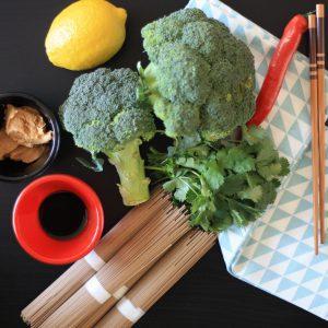 Soba nudle s chilli, brokolicí a arašídovým máslem