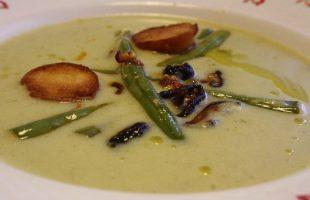 Pórková polévka s pikantními fazolkami a houbami Shiitake