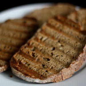 Chléb na chlebíčky lehce na sucho ogrilujte