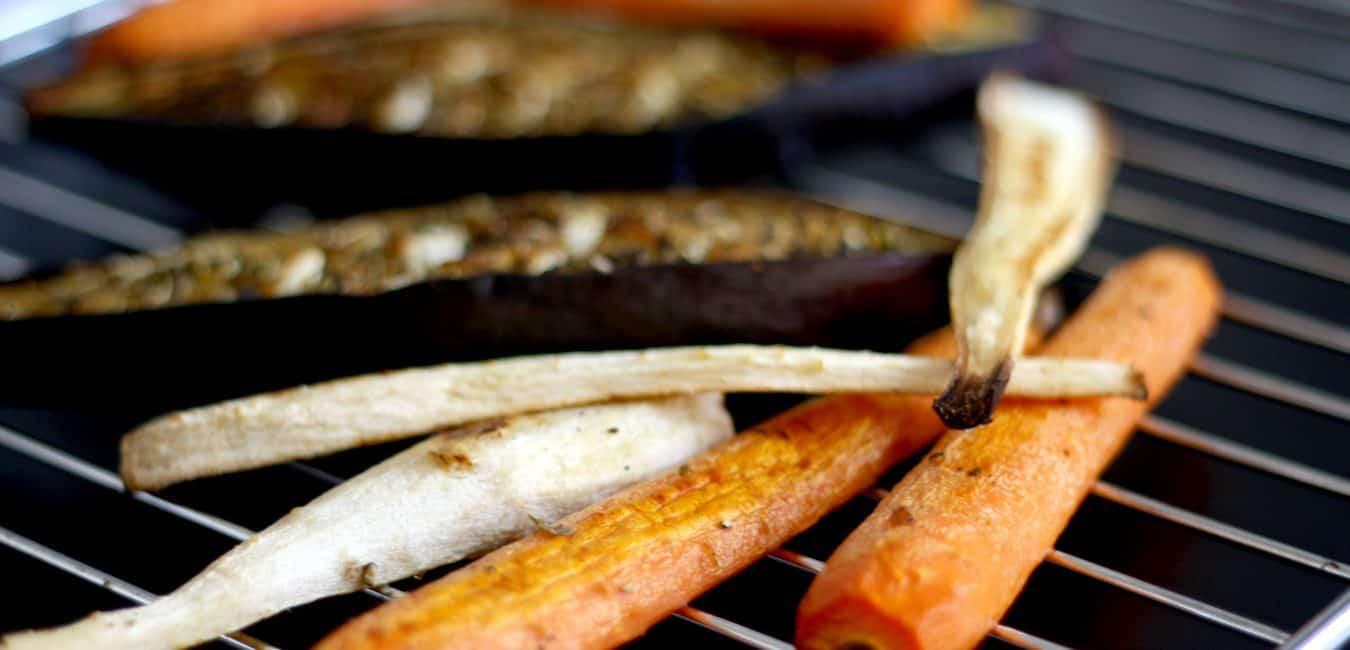 Chlebíček s hummusem, pečenou řepou, grilovanou petrželí a kozím sýrem