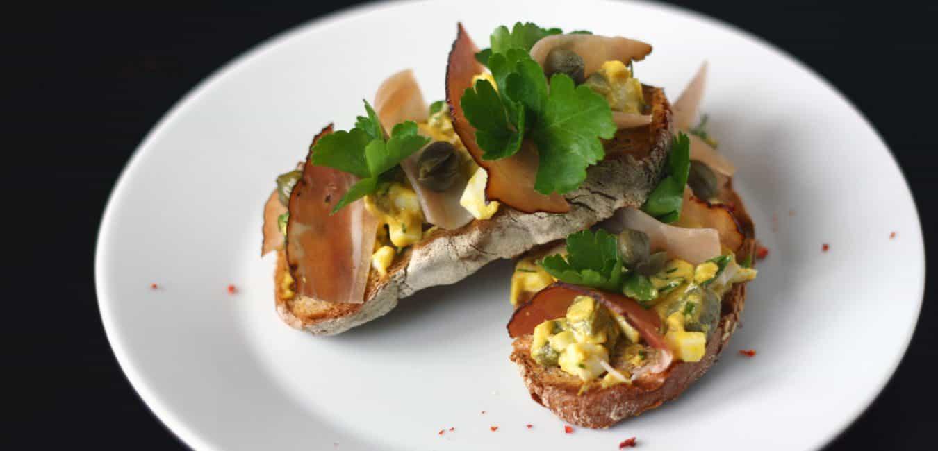 Chlebíček s omáčkou gribiche