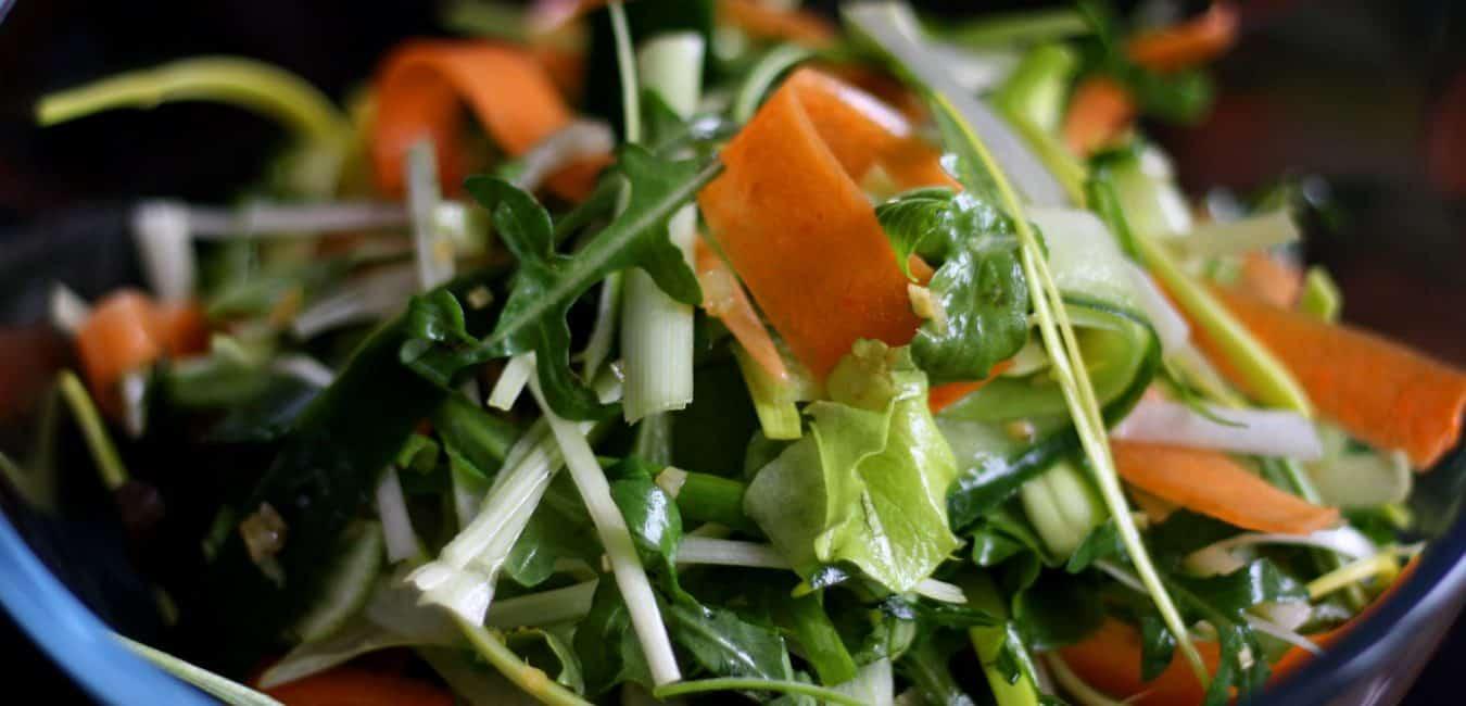 Mrkvovo-okurkový salát s pikantní zázvorovou zálivkou