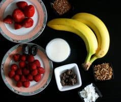 Jahodová smoothie bowl s malinami a čokoládou