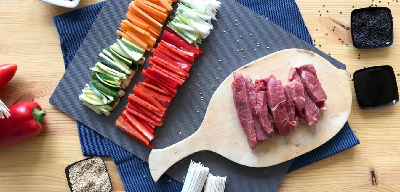 Hovězí stir-fry se zeleninou a nudlemi udon