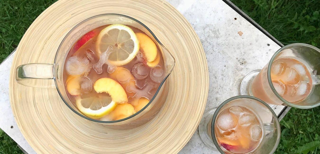 Osvěžující domácí ledový čaj s broskvemi