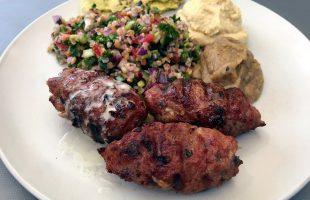 Grilovaný shish kebab (šiš kebab) z mlétého masa