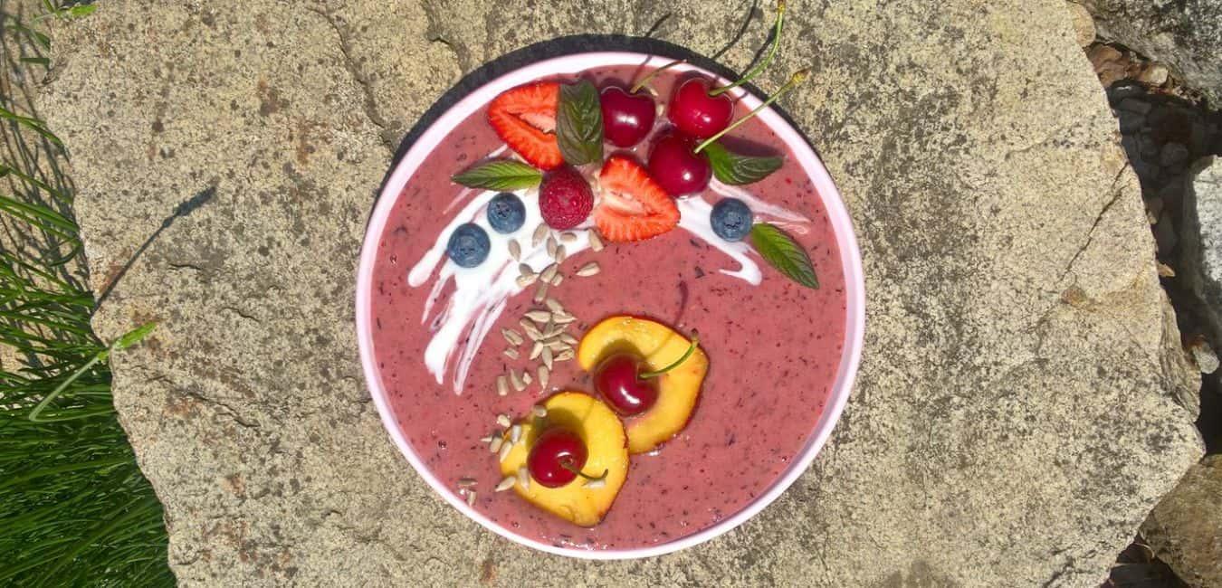 Ovocná smoothie bowl s jogurtem