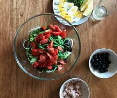 Salát s tuňákem, zelenými fazolkami a vejcem
