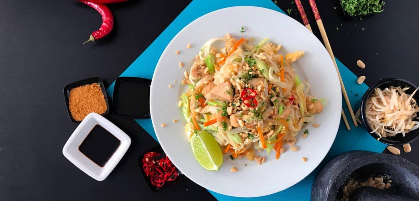 Smažené thajské nudle Pad Thai s kuřecím masem