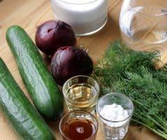 Okurkový salát s cibulí a koprem - postup - krok 1