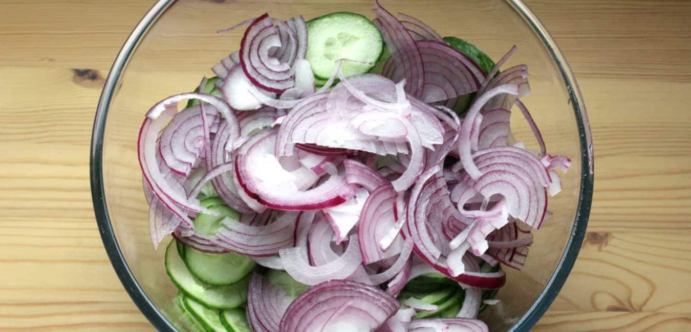 Okurkový salát s cibulí a koprem - postup - krok 3