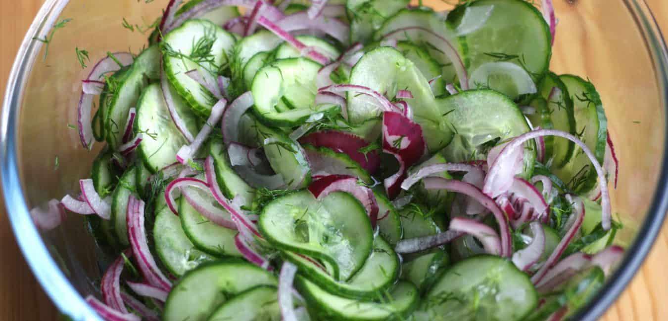 Okurkový salát s cibulí a koprem - postup - krok 4