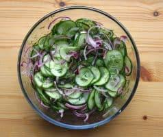 Okurkový salát s cibulí a koprem - postup - krok 5