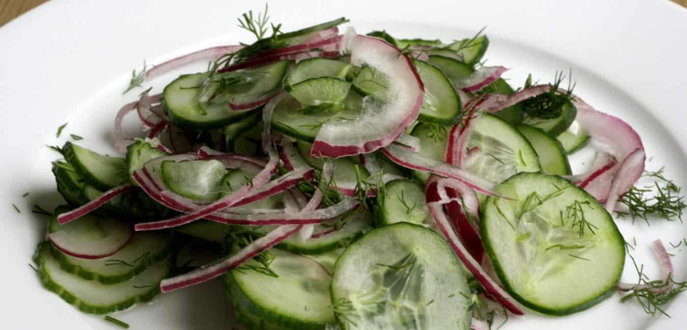 Okurkový salát s cibulí a koprem - postup - krok 6