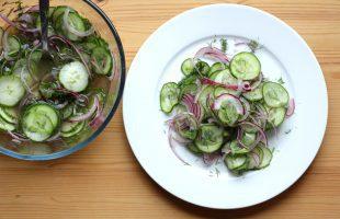 Okurkový salát s cibulí a koprem