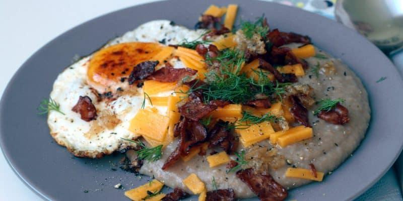 Pohanková kaše se slaninou, čedarem a sázeným vejcem