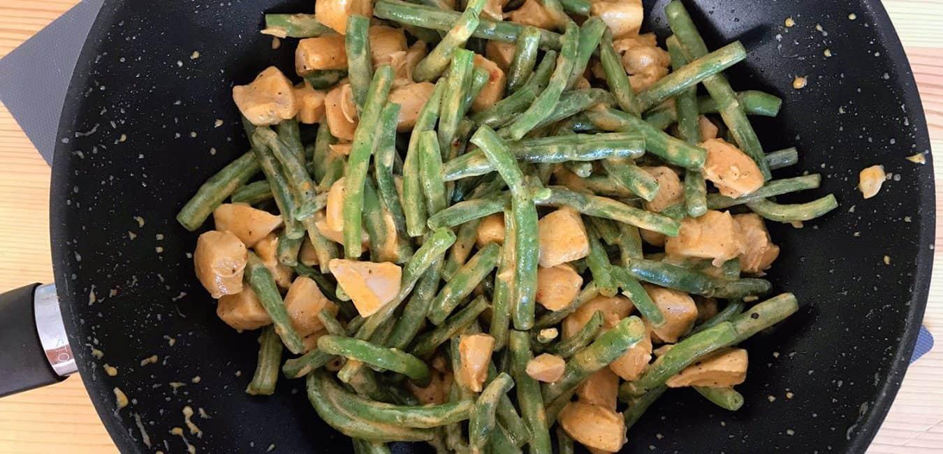 Široké nudle s kuřecím masem, fazolkami a smetanou