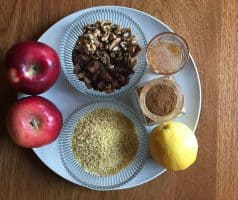 Bulbur s jablky, rozinkami a sušenými brusinkami