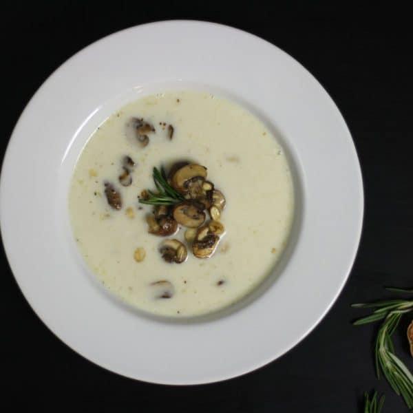 Polévka z pečeného česneku s houbami a rozmarýnem