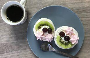 Mini dortíčky Pavlova se šlehačkou a ovocem