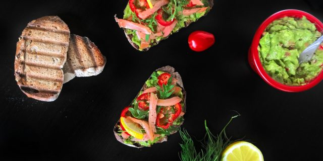 Chlebíček s avokádovým guacamole, uzeným lososem a koprem