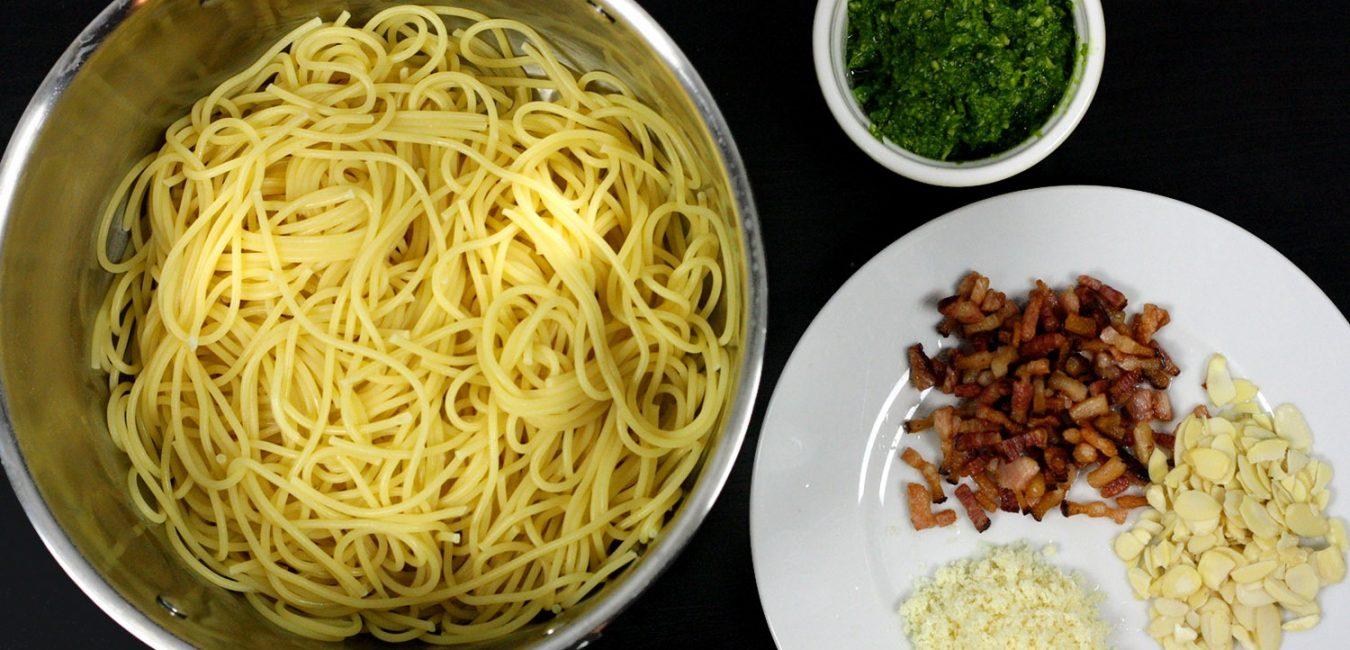 Těstoviny s medvědím pestem, slaninou a mandlemi