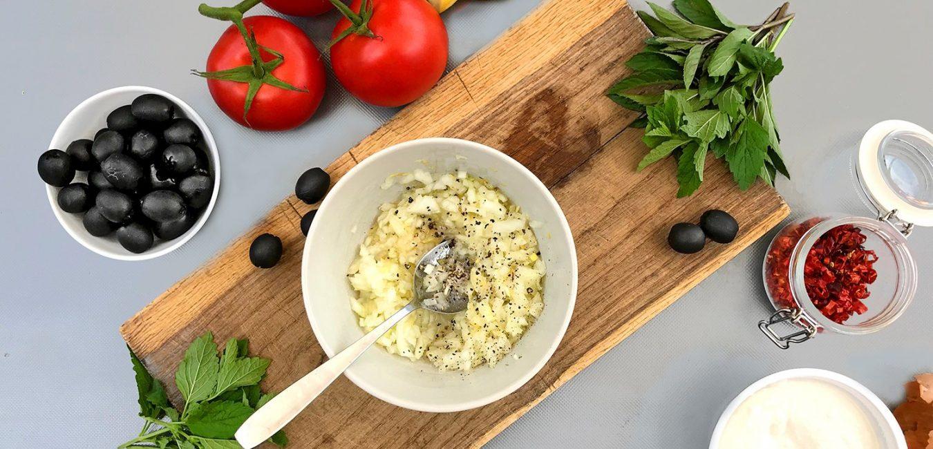 Těstoviny se studenou rajčatovou omáčkou, mátou a ricottou