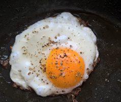 Jahelná kaše se sázeným vejcem a restovanou zeleninou