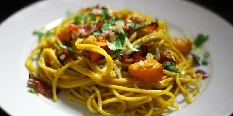 Špagety carbonara s dýní, parmazánem a slaninou
