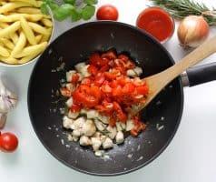 Bramborové gnocchi s kuřetem a rajčatovou omáčkou