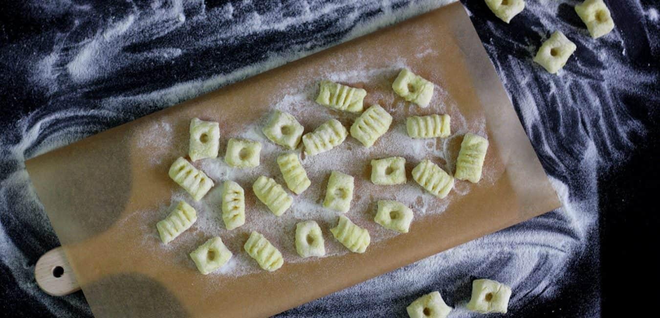 Křupavé bramborové gnocchi se šalvějí, estragonem a parmazánem
