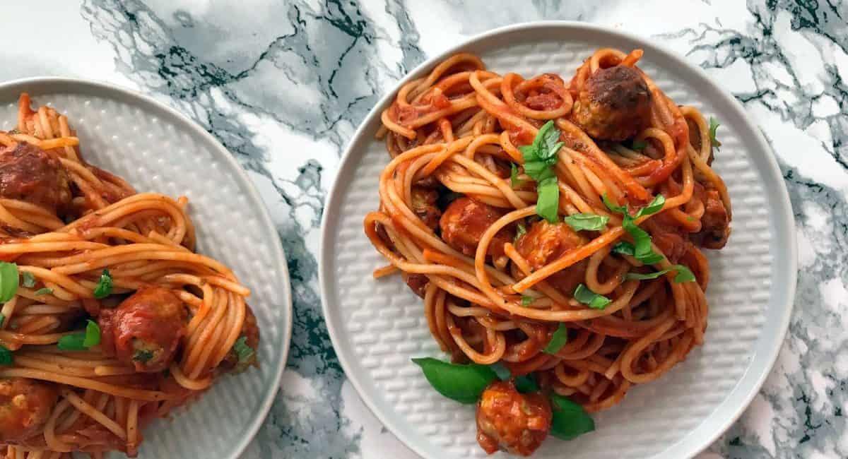 Špagety s parmazánovými masovými kuličkami a rajčatovou omáčkou