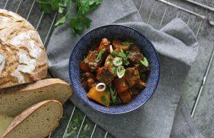 Hovězí stew s muškátovou dýní, mrkví a bramborami, dušené v troubě