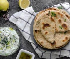 Domácí řecký pita chléb ze špaldové mouky