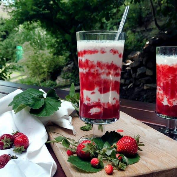 Našlehaný jahodový mléčný koktejl