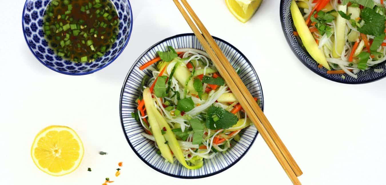Thajský pikantní salát s rýžovými nudlemi a mangem