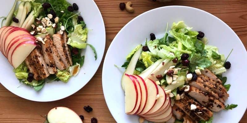 Salát s krůtím masem, hruškou, jablkem a ořechy